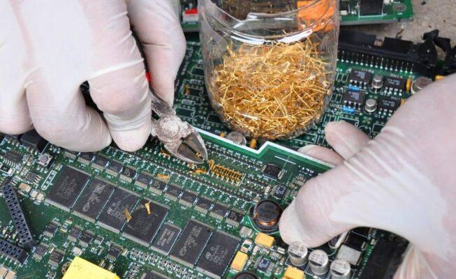 """""""Khai thác vàng"""" từ núi rác thải điện tử"""